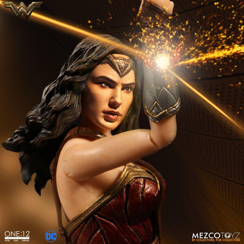 Wonder Woman door Mezco Toyz en NECA 1