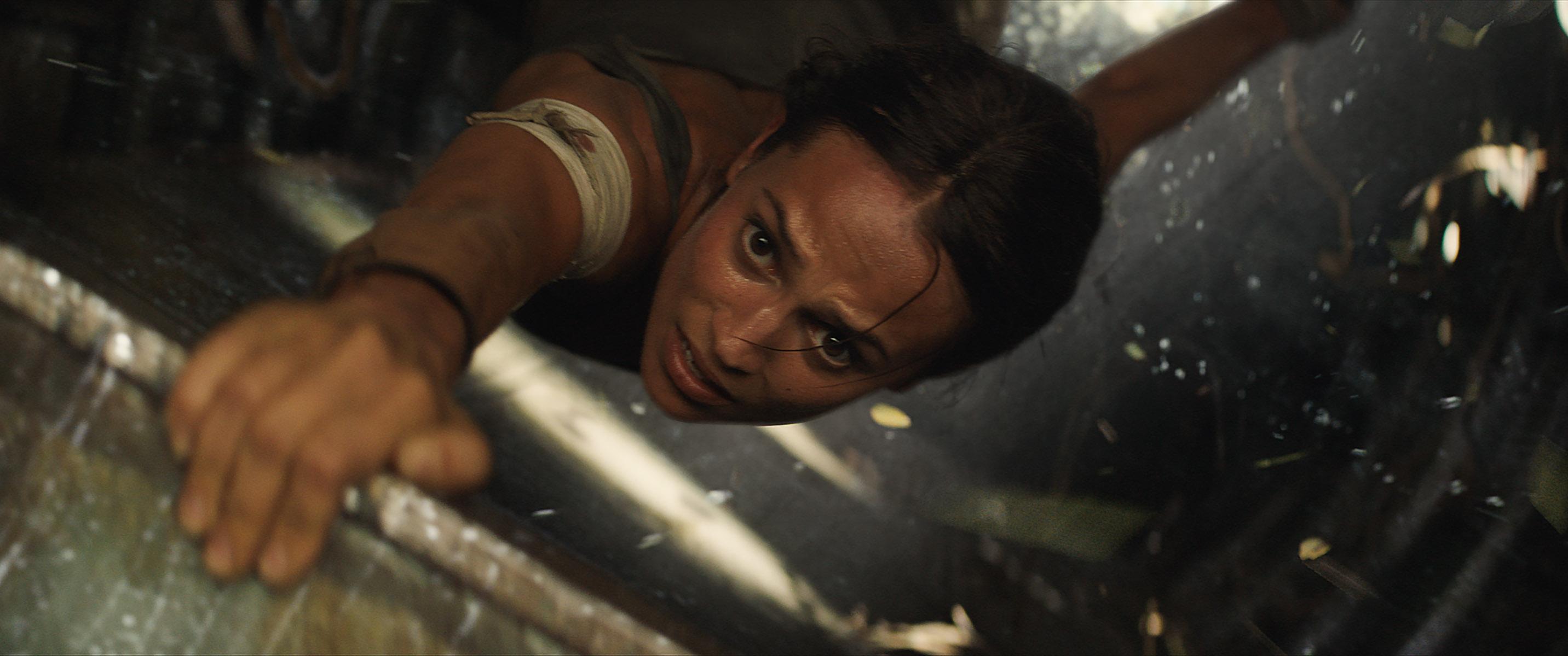 Tomb Raider blu-ray en dvd-winactie Lara valt