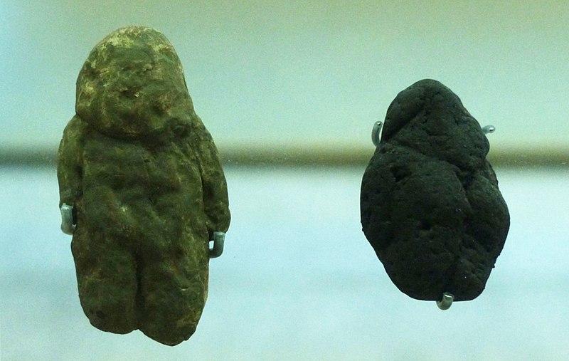 Modern Myths - Het DNA van fantastische verhalen - 800px-Museo_de_la_Evolucion_Humana_Burgos_-_Tan_Tan_and_Berekhat_Ram_Pebbles