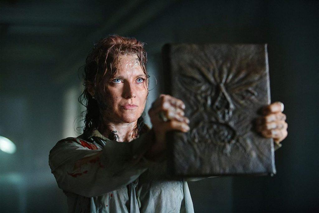 Lucy Lawless in Ash vs Evil Dead - de Necronomicon