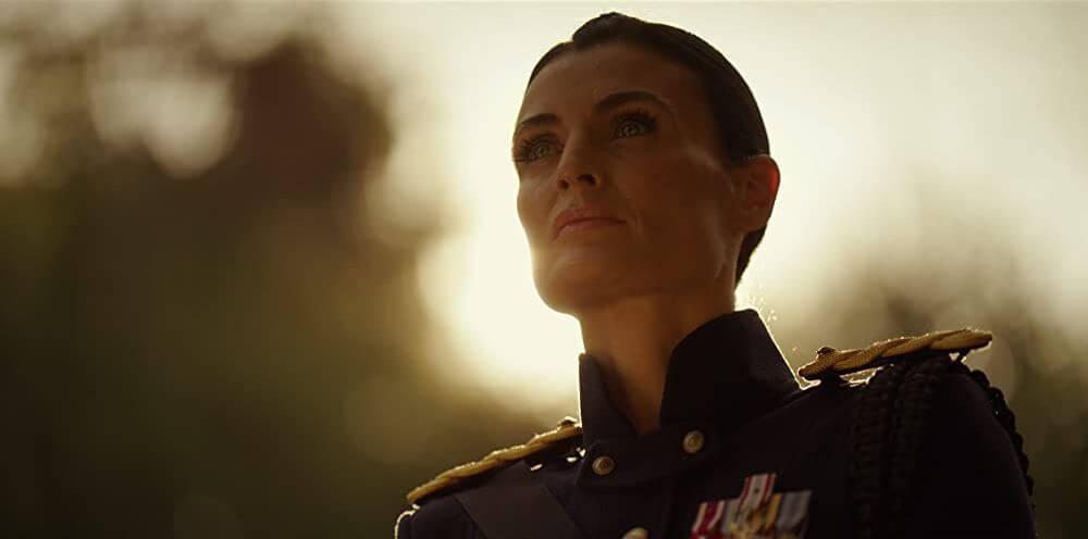 Lyne Renée als generaal Sarah Alder