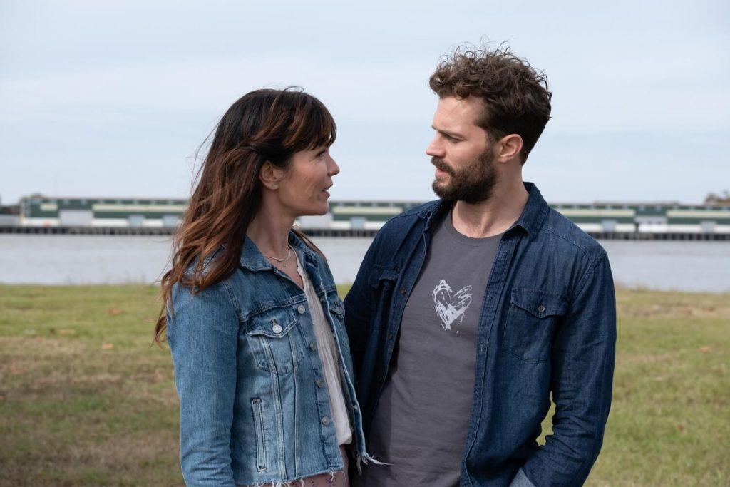 Katie Aselton als Tara en Jamie Dornan als Dennis