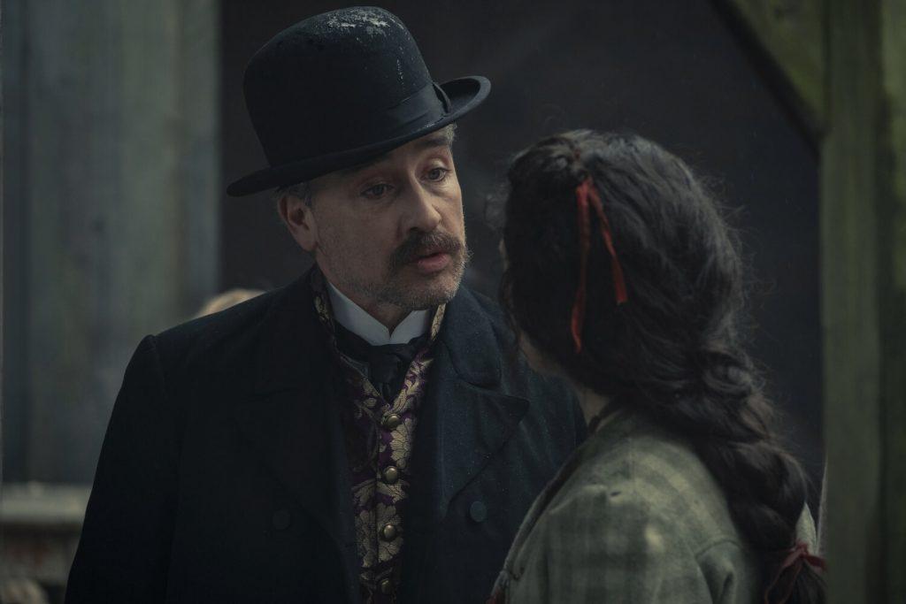 Aidan McArdle als Lestrade