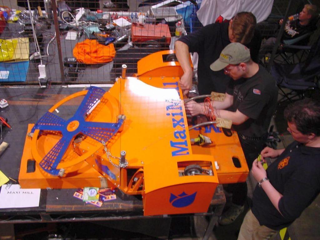 Django Mathijsen in het technisch team van Robot Wars