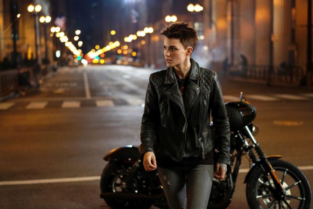 Kate Kane en haar motor