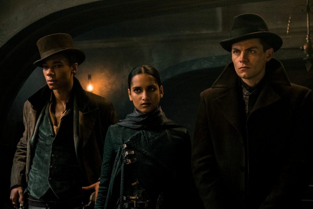 Kit Young als Jesper Fahey, Amita Suman als Inej Ghafa en Freddy Carter als Kaz Brekker