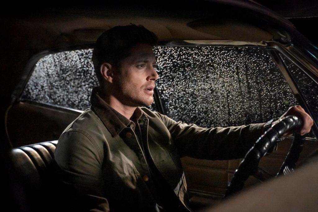Sam Winchester in de '67 Chevy Impala