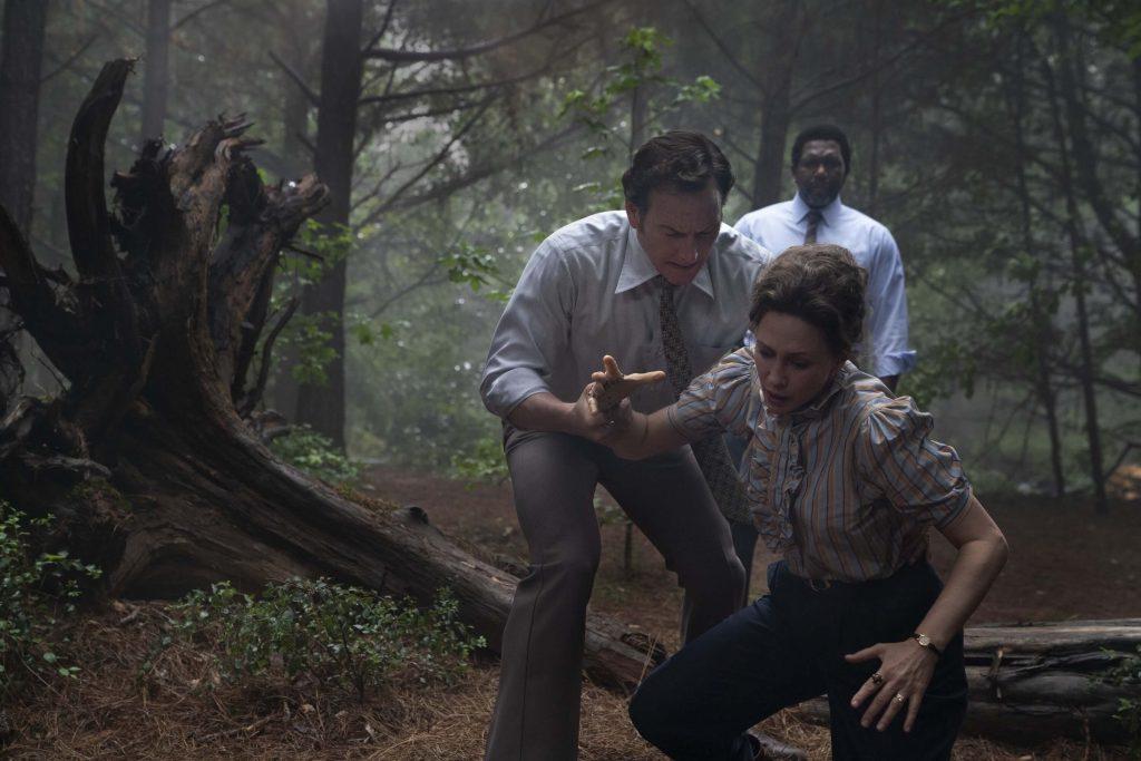 Patrick Wilson als Ed Warren en Vera Farmiga als Lorraine Warren in The Devil Made Me Do It