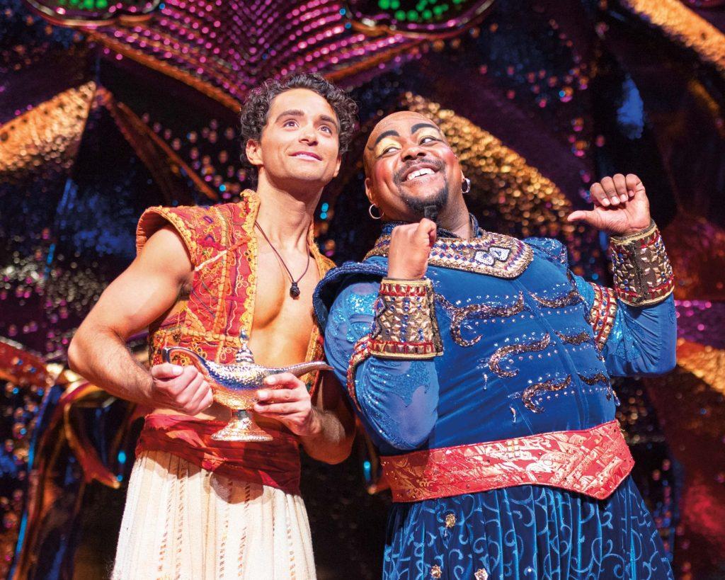 Modern Myths Nieuws 2021: Week 33 - 34 - Aladdin (Matthew Croke) en Genie (Trevor Dion Nicholas) - Friend Like Me pose. Foto door Johan Persson © Disney