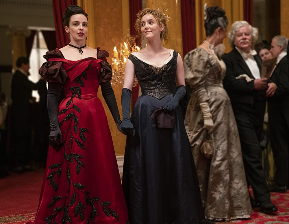 Laura Donnelly als Amalia True en Ann Skelly als Penance Adair